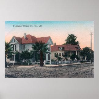 Vista de una calle de la residencia, niño en la bi posters