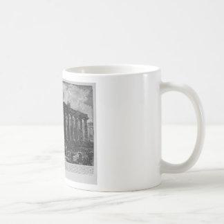 Vista de una columnata que forma un cuadrilátero taza de café