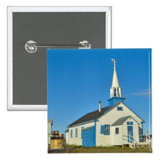 Vista de una iglesia azul y blanca en la tribu de  pin cuadrado