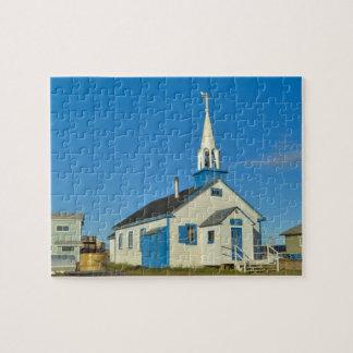 Vista de una iglesia azul y blanca en la tribu de  puzzle