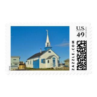 Vista de una iglesia azul y blanca en la tribu de sellos