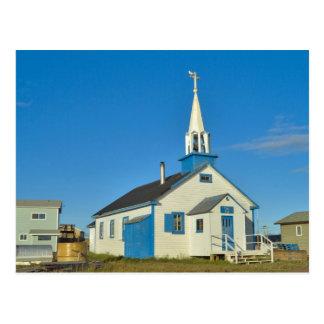 Vista de una iglesia azul y blanca en la tribu de tarjetas postales