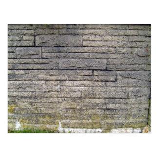 Vista de una pared de piedra con los musgos tarjetas postales
