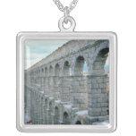 Vista del acueducto romano que fecha probablemente collar plateado