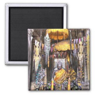 Vista del área del altar dentro del templo budista imán cuadrado