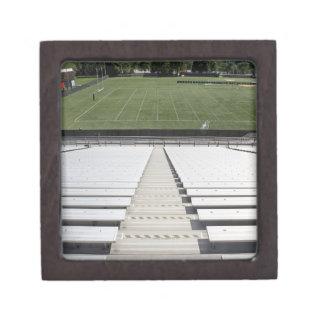 Vista del campo de fútbol de blanqueadores vacíos cajas de recuerdo de calidad