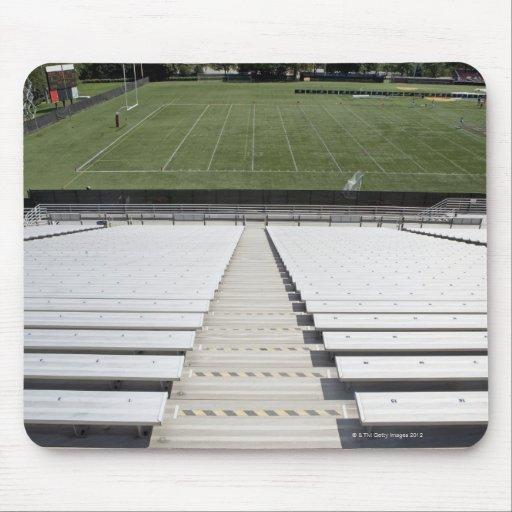 Vista del campo de fútbol de blanqueadores vacíos tapete de ratón