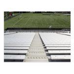 Vista del campo de fútbol de blanqueadores vacíos postales