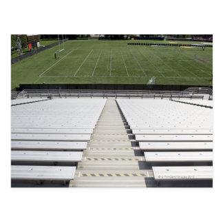 Vista del campo de fútbol de blanqueadores vacíos tarjetas postales