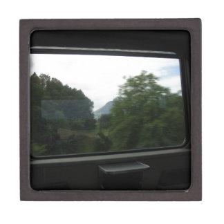 Vista del campo suizo de un tren caja de recuerdo de calidad