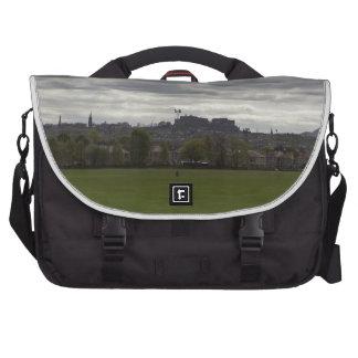 Vista del castillo distante de Edimburgo en Escoci Bolsas Para Ordenador