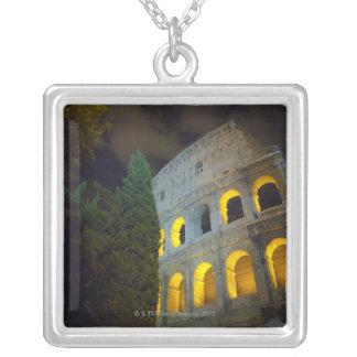 Vista del Coloseum en Roma en la noche Collar Plateado
