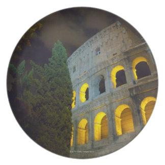 Vista del Coloseum en Roma en la noche Platos De Comidas
