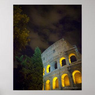 Vista del Coloseum en Roma en la noche Póster