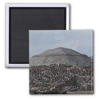 Vista del fuerte viejo grande de la pirámide con e imanes de nevera