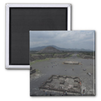 Vista del fuerte viejo grande de la pirámide con e imanes