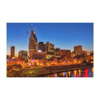 Vista del horizonte de la ciudad en la oscuridad impresiones en lienzo estiradas