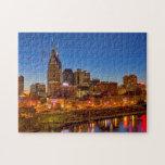 Vista del horizonte de la ciudad en la oscuridad puzzle
