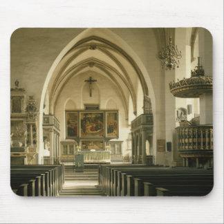 Vista del interior de la iglesia con tapetes de raton