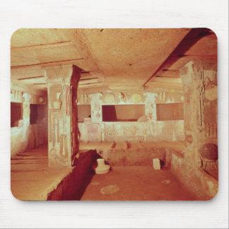 Vista del interior de la tumba alfombrilla de ratón