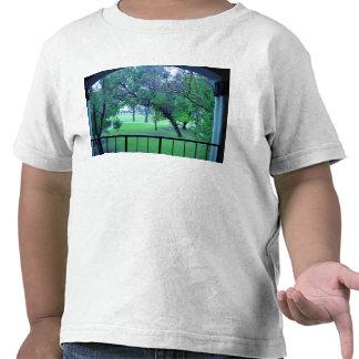 Vista del jardín del edificio camisetas