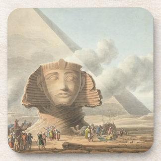 Vista del jefe de la esfinge y de la pirámide de posavasos de bebida