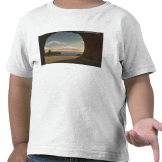 Vista del lago del túnel de la roca de la cueva camiseta