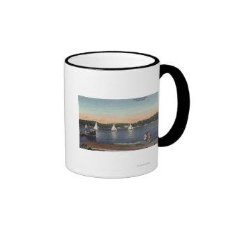 Vista del muelle, del lago, y de veleros taza de café