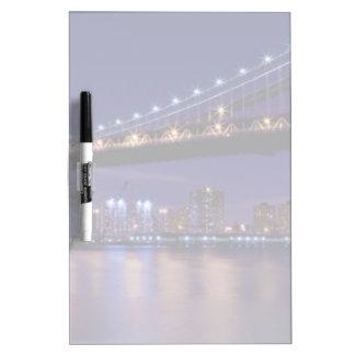 Vista del puente de Manhattan en la noche Pizarra