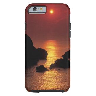 vista del sol que fija sobre el mar funda para iPhone 6 tough