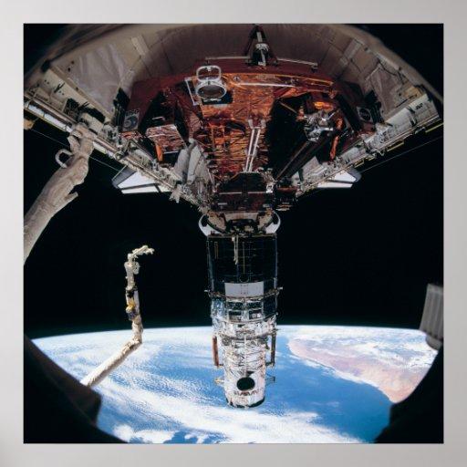 Vista del telescopio de Hubble atracada con esfuer Póster