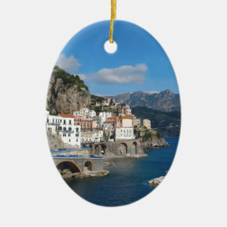 Vista distante de Atrani en la costa de Amalfi Adorno Navideño Ovalado De Cerámica