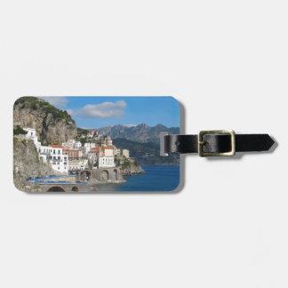 Vista distante de Atrani en la costa de Amalfi Etiqueta Para Maleta