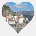 Vista distante de Atrani en la costa de Amalfi Pegatina En Forma De Corazón