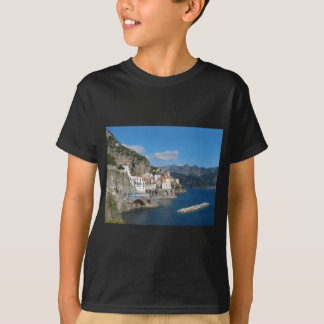 Vista distante de Atrani en la costa de Amalfi Playera