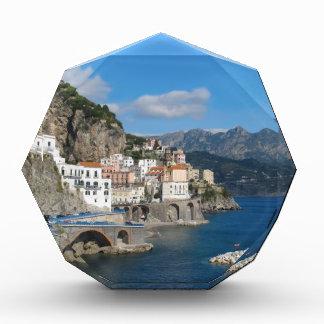 Vista distante de Atrani en la costa de Amalfi