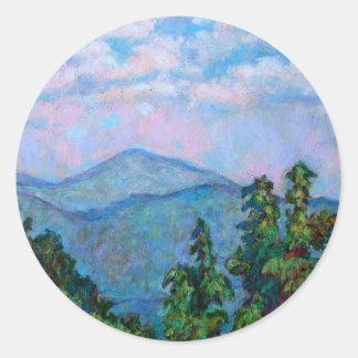 Vista distante de picos de la nutria pegatina redonda