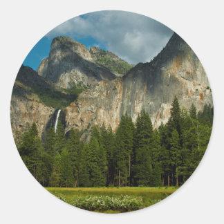 Vista dramática del valle de Yosemite de las Pegatina Redonda