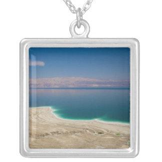 Vista elevada del mar muerto collar plateado