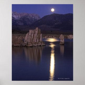 Vista escénica del mono lago fuera de Yosemite 2 Póster