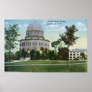 Vista exterior de la biblioteca de universidad de  póster