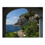 Vista hacia los acantilados en la isla de Capri Postal