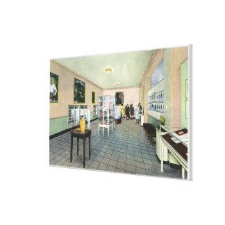 Vista interior de la biblioteca del FDR, exposició Lona Estirada Galerías