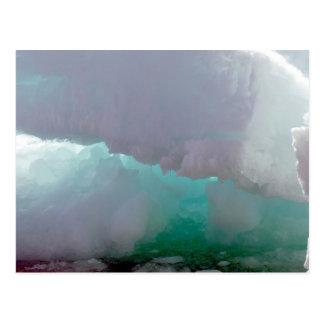 Vista interior de un iceberg de hielo de fusión postales