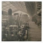 """Vista interior del pasillo de la maquinaria, de """"L Azulejo Cuadrado Grande"""