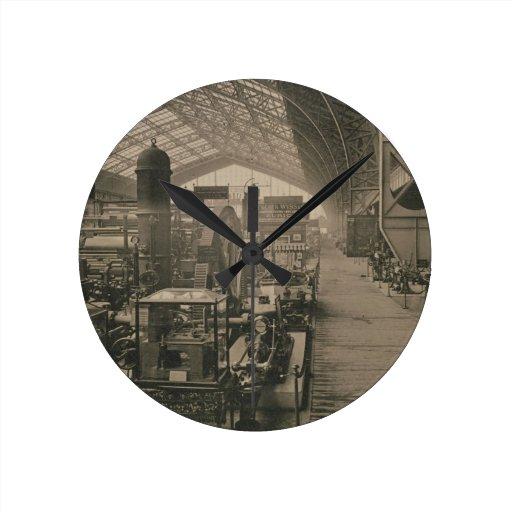 "Vista interior del pasillo de la maquinaria, de ""L Reloj Redondo Mediano"