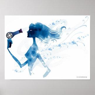 Vista lateral de la mujer que hace el brushing el póster