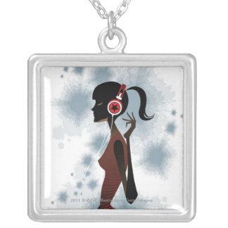 Vista lateral de la música que escucha de la mujer colgante cuadrado