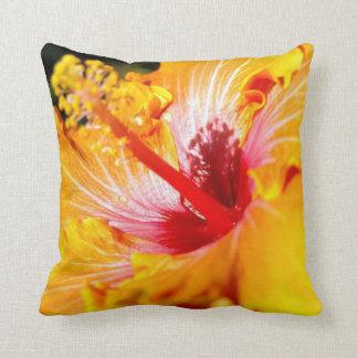 Vista lateral del hibisco anaranjado cojín decorativo