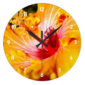 Vista lateral del hibisco anaranjado reloj redondo grande